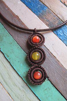 PRECIO: 12€. Gargantilla de cuero y ganchillo. Color de las piedras puede ser blanco, amarillo, naranja, verde claro, verde oscuro y azul. Hecha a mano
