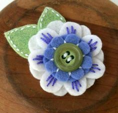 Would be good for wrapping presents or possibly to put on a handmade pillow Felt Flowers, Diy Flowers, Fabric Flowers, Paper Flowers, Felt Christmas, Christmas Crafts, Sewing Crafts, Sewing Projects, Fleurs Diy