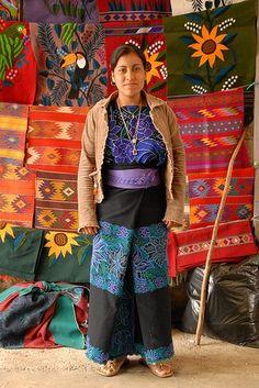 Artesana Chiapaneca mostrando sus productos