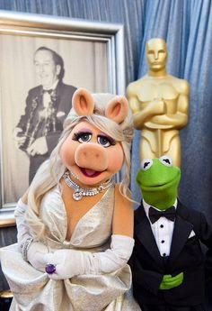 Miss Piggy & Kermit at the 2012 Acadamy Awards. Miss Piggy looks lovely in a dress from Zac Posen Miss Piggy Muppets, Kermit And Miss Piggy, Kermit The Frog, Jim Henson, Caco E Miss Piggy, Sapo Kermit, Sapo Meme, Nostalgia, Fraggle Rock
