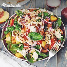 Fruchtiger Baby-Spinat-Salat mit Nektarinen. Tomaten und Balsamicodressing aus der Kochzauber Grillbox. Raffinierte Grillrezepte und Zutaten in Premium-Qualität ganz einfach für 4 oder 6 Personen nach Hause schicken lassen. Jetzt bestellen unter https://www.kochzauber.de/kochboxen/variante/Grillbox