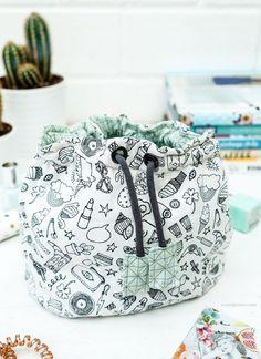 DIY Pompadour Stoffbeutel | Kosmetikbeutel mit Tunnelzug | Pompadour Täschchen | waseigenes.com Diy Bags Tutorial, Bag Tutorials, Fiber Art, Crafty, Sewing Patterns, Crochet Patterns, Quilts, Textiles, Packing