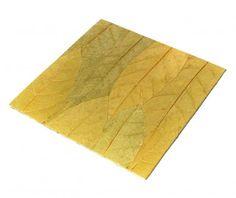 Servet pentru masa decorat cu frunze in nuante verzi. Are o structura rigida, ceea ce il incadreaza undeva intre platouri si servete pentru masa.Dimensiuni: 30 cm