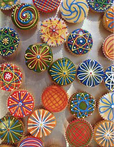 These awesome cupcakes remind me of the Spirograph toy I had as a kid!