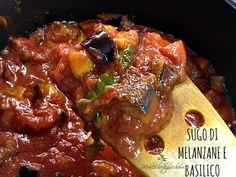 Il sugo di melanzane e basilico è un condimento tipicamente estivo per la pasta, perfetto per dare un tocco profumato ai vostri primi piatti