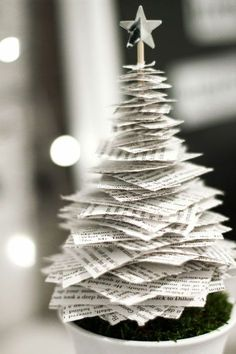kleinen Weihnachtsbaum aus Papier Merry Christmas, Christmas Crafts, Christmas Stuff, Recycled Christmas Tree, Church Christmas Decorations, Holidays And Events, Book Crafts, Christmas Inspiration, Office Decor