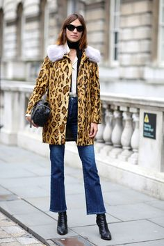 Alexa Chung Looks Super Stylish In A Leopard Print Jacket And Flared Jeans During London Fashion Week, 2015 London Fashion Weeks, Paris Fashion, Street Fashion, Kick Flare Jeans, London Stil, Style Work, Alexa Chung Style, Estilo Denim, Leopard Print Coat