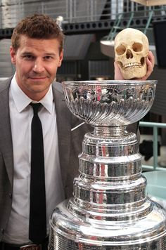 "David Boreanaz Photos - Actor David Boreanaz poses with the National Hockey League Stanley Cup on the set of 'Bones"" at the Twentieth Century Fox Studio Lot on May 2012 in Los Angeles, California. - The Stanley Cup Appears On The Set of ""Bones"" Bones Tv Series, Bones Tv Show, David Boreanaz, Bones Season 8, Lance Sweets, Booth And Bones, Emission Tv, Seeley Booth, Hockey Mom"