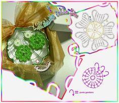 Un mélange de petits ouvrages au Crochet  : Fleurs , Applications , Bijoux  , Papillons , Miniatures , ect...     majestueux bijoux  trouvé...