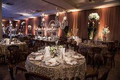 Casamento branco, clássico, com lustres e candelabros de cristal. Foto: Braulio Delai