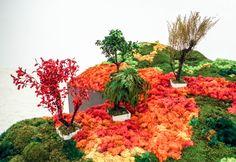 """""""[...] Se trata de un jardín que agudiza todos los sentidos: la vista (a través de su intenso colorido), el tacto (mediante la singular textura de los materiales), el olfato (con el singular olor de las plantas), el gusto (gracias al inmenso mar de sal) y el oído (con la activación de registros sonoros procedentes del mar que evocan, como en el típico jardín seco, la importancia del agua) [...]"""". Esther Pizarro. Fuente: Dossier de #ExposicionesUGR. #UnJardinJapones. Foto: Lidia Fernández."""