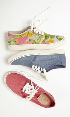 Casual and cool lace-up sneakers in Hawaiian print, chambray and soft red