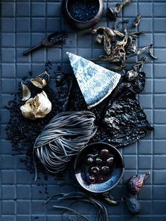 I love the moody palette of this image, which is perhaps unusual for food styling. It caught my eye though, because it was different to all the other bright, colourful images. Food Styling, Fotografie Workshop, Dark Food Photography, Life Photography, Photography Photos, Black Food, Edible Art, Creative Food, Food Presentation