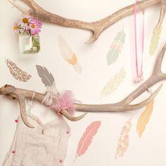 """Le sticker Plume """"Flaoting feathers"""" par Love mae est composé de plusieurs plumes de différentes couleurs et aux divers motifs pour décorer et colorer la chambre de votre fille."""