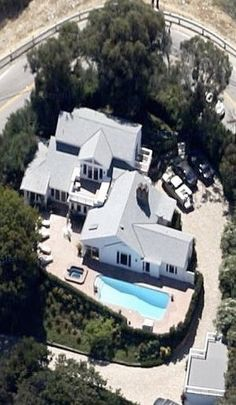 Warren Beatty and Annette Bening's Beverly Hills estate. They lease it out for a cool $27,500 a month. (http://1.bp.blogspot.com/-B7tnOe-FDhg/TrgxvFoz5vI/AAAAAAAAHYc/3SCv7EYT61c/s1600/BeattyBenning_03.jpg)