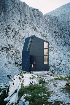 Bivak Pavla Kemperla / Photo by Jaka Bulc Architecture Résidentielle, Sustainable Architecture, Sustainable Design, Ideas Cabaña, Photo D'architecture, Alpine Modern, Black House Exterior, Small Buildings, Prefab Homes