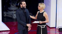 Il cantante è l'ospite dell'ultima puntata della stagione, in onda il 21 marzo condotta da Maria De Filippi