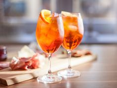 Aperol Spritz… for all your summer moments. This cocktail was originally invented in the Italian region of Veneto. Cocktail Drinks, Cold Drinks, Alcoholic Drinks, Cocktails, Aperol Spritz Recept, Mojito, Gin, Italian Menu, Wine Names