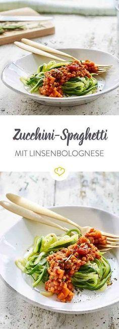 Gesund, vegan, low carb: In Kombination mit einer fruchtigen Tomatensauce betten sich nahrhafte Linsen auf knackig-leichte Zucchininudeln. I Vegane Rezepte I Entdeckt von Vegalife Rocks: www.vegaliferocks.de ✨ I Fleischlos glücklich, fit & Gesund✨ I Follow me for more vegan inspiration @vegaliferocks #vegan #veganerezepte #vegetarisch #vegankochen#linsen #lowcarb #zucchini #zucchininoodles