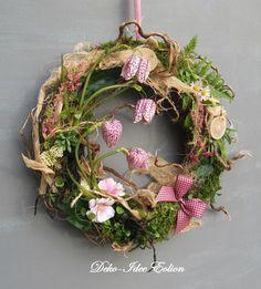 Віночки з сюжетом: 33 ідеї для сезонного декору | Ідеї декору Diy Wreath, Mesh Wreaths, Grapevine Wreath, Seasonal Decor, Floral Arrangements, Easter, Spring, Crafts, Inspiration