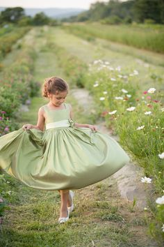 She will have a green dress like this one! She will have a green dress like this one! Green Flower Girl Dresses, Green Flowers, Green Dress, Flower Girls, Spring Green, Spring Colors, Belle Tof, Pretty Little Girls, Green Wedding
