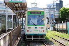 荒川線の前身は王子電気鉄道といい、明治44年から開業しました。その後東京都に事業譲渡され都電となり、昭和49年には現在の早稲田~三ノ輪橋の営業で都電荒川線と改称し現在に至ります。 東京都内北部の未だ開発が行われていない地域を走る路線であり、沿線には懐かしい町並みや寺社、自然たっぷりの公園が残っています。1日かけて沿線を散策したいエリアです。