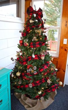 9 Ultimate Christmas Tree Decorations that Will Bring Joy to Your Home Rustic Christmas Tree with Buffalo Check and Flannel Ribbon Part rustic, part cosmopolitan, this C Pretty Christmas Trees, Ribbon On Christmas Tree, Christmas Tree Themes, Outdoor Christmas Decorations, Plaid Christmas, Rustic Christmas, Beautiful Christmas, White Christmas, Christmas Ideas
