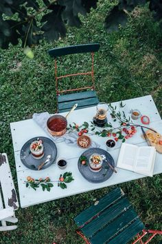 Our Food Stories // white chia-seed-coconut-pudding with plum-fig compote Coconut Pudding, Chia Pudding, Picnic Time, Decoration Table, Outdoor Dining, Outdoor Spaces, Tea Party, Table Settings, Summer Picnic