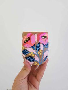 Painted Flower Pots, Painted Pots, Hand Painted, Pottery Painting Designs, Paint Designs, Cup Art, Diy Canvas Art, Arte Floral, Pottery Studio