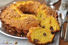 La Ciambella con cioccolato e amaretti è un dolce semplice e goloso. Perfetto per la colazione e la merenda. Gusto goloso e croccante allo stesso tempo.