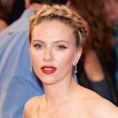 Así de guapa vimos a Scarlett Johansson con una trenza corona de estilo tirolés