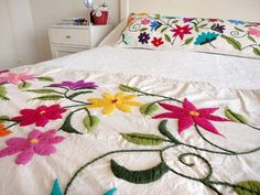Risultati immagini per bordado mexicano patrones pie de cama Hand Embroidery Flowers, Hand Work Embroidery, Crewel Embroidery, Embroidery Designs, Mexican Designs, Patch Quilt, Linen Pillows, Bed Spreads, Room Inspiration