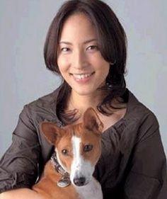 犬を抱っこしている鈴木杏樹