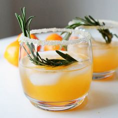 Winter Sun Cocktail // vodka, triple sec, clementine juice, lemon, rosemary Snacks Für Party, Party Drinks, Fun Drinks, Yummy Drinks, Beverages, Triple Sec, Cocktail Vodka, Cocktail Recipes, Vodka Cocktails