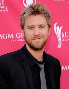 Charles Kelley can't stop looking hot! The Lady Antebellum guy is obviously one celebrity that possesses a mixture of good looks and incredible talent. Country Boys, Country Music, Gorgeous Men, Beautiful People, Dixieland Jazz, Charles Kelley, Paul Brown, Lady Antebellum, Man Photo