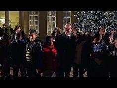 Politique France Hollande inaugure le sapin de Noël de l'Elysée sous la pluie - http://pouvoirpolitique.com/hollande-inaugure-le-sapin-de-noel-de-lelysee-sous-la-pluie/