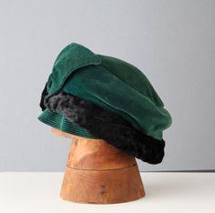 Cappello fatto a mano degli anni 1930-1940. Velluto verde con bordo in pelliccia presumo sintetica, asimmetrico. By ItalicArt