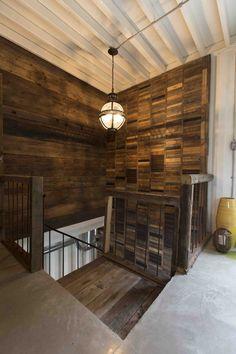 Murs en bois de grange avec escalier recyclé