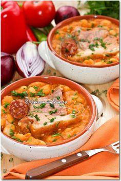 Iahnie de fasole cu ciolan afumat si carnaciori Romanian Food, Romanian Recipes, Oriental, Yummy Food, Tasty, Cheeseburger Chowder, Vegan Recipes, Curry, Beans