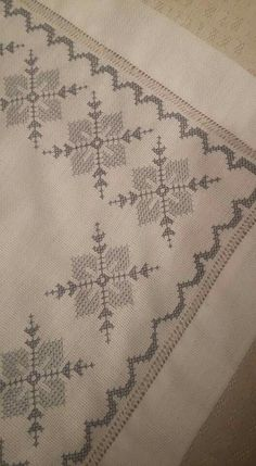 This Pin was discovered by Fat Cross Stitch Borders, Cross Stitch Designs, Cross Stitching, Cross Stitch Patterns, French Knot Embroidery, Cross Stitch Embroidery, Hand Embroidery, Bordados E Cia, Monks Cloth