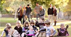 now this is what all family photos really look like with the grandchildren - and i love it :) Large Group Photos, Cousin Pictures, Extended Family Pictures, Large Family Portraits, Big Family Photos, Large Family Poses, Fall Family Pictures, Family Picture Poses, Family Photo Sessions