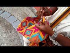 Mochilas Wayúu de un sólo color (Unicolor). Hechas a mano por los indígenas…