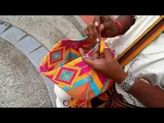 Mochila, how to prevent the yarns from tangling / hoe hou je de draden uit de knoop Crochet Diy, Crochet Chart, Crochet Motif, Crochet Classes, Crochet Videos, Crochet Projects, Tapestry Bag, Tapestry Crochet, Crochet Stitches Patterns