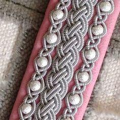 Närbild. Tennarmband i ljusrosa renskinn, frostade pärlor i sterlingsilver och renhornsknapp. #madebye #tennarmband #tenntrådsarmband #armband #sameslöjd #hantverk #norrbotten #sverige #samibracelet #bracelet #handcraft #sweden