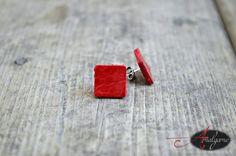 Boucles d'oreilles en cuir récupéré rouge ou noir de forme carré / tige acier inoxydable / Par Amalgame bijoux avec cuir de la boutique AMALGAMEbijoux sur Etsy