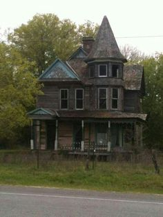 Beautiful and abandoned house in Kosse Texas. : Beautiful and abandoned house in Kosse Texas. Old Abandoned Buildings, Abandoned Castles, Old Buildings, Abandoned Places, Old Mansions, Abandoned Mansions, Texas Mansions, Creepy Houses, Haunted Houses