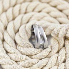Inspiración náutica con este par de #alianzas acabado arena. El proceso para conseguir este acabado lo hacen nuestros joyeros de forma artesanal y se consigue con arena natural.