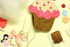 """Olá!!!!      Hoje eu trouxe mais um passo a passo muito fofo que encontrei no Blog """"Ei menina"""" ( falei sobre ele aqui ), são cupcakes feit..."""