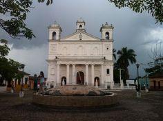 El Salvador - niñas jugando en la fuente de la Plaza Central de Suchitoto antes de la tormenta / suchitoto.tours @gmail.com