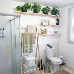Prateleira para banheiro: 25 fotos e outros tutoriais para fazer essa peça Clawfoot Bathtub, Plant Decor, Small Bathroom, Bathrooms, Decoration, Ladder Decor, Sweet Home, Indoor, Home Decor